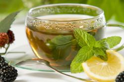 Травяной чай с лимоном при ангине